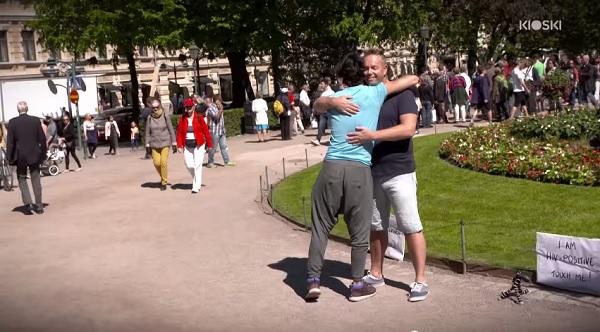 uomo-hiv-posito-esperimento-sociale-toccami-reazione-persone-video-11
