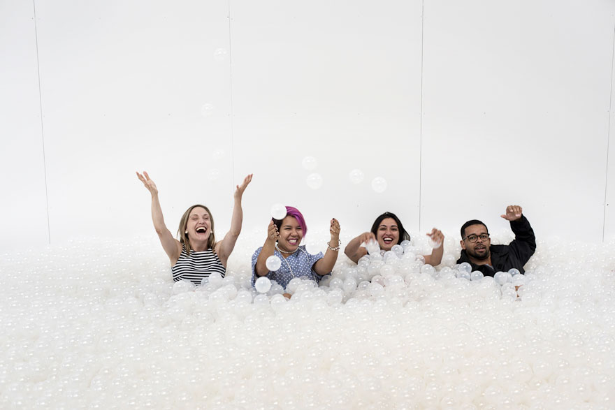 arte-installazione-mare-palline-plastica-nuotare-01