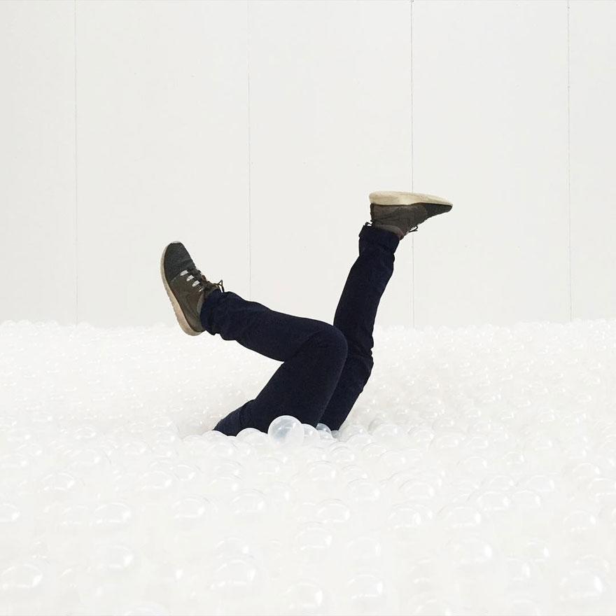 arte-installazione-mare-palline-plastica-nuotare-10
