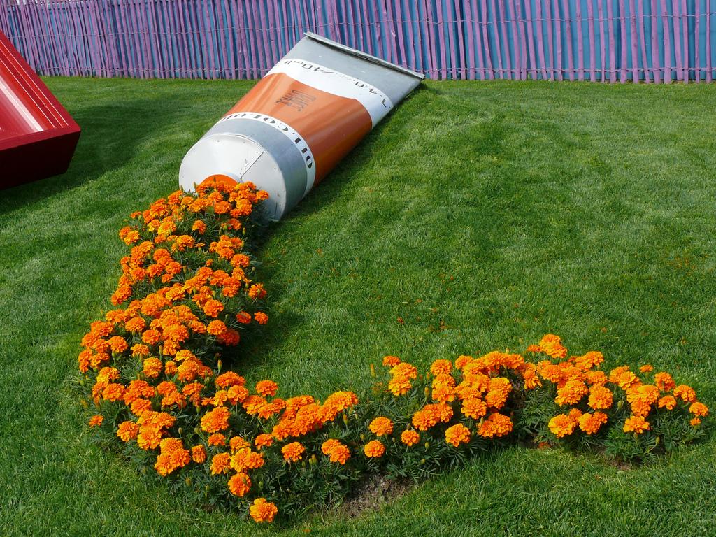 arte-installazione-parco-pubblico-francia-tubetto-colore-fiori