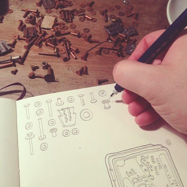 artista-commemora-nonno-disegna-attrezzi-lee-john-phillips-06