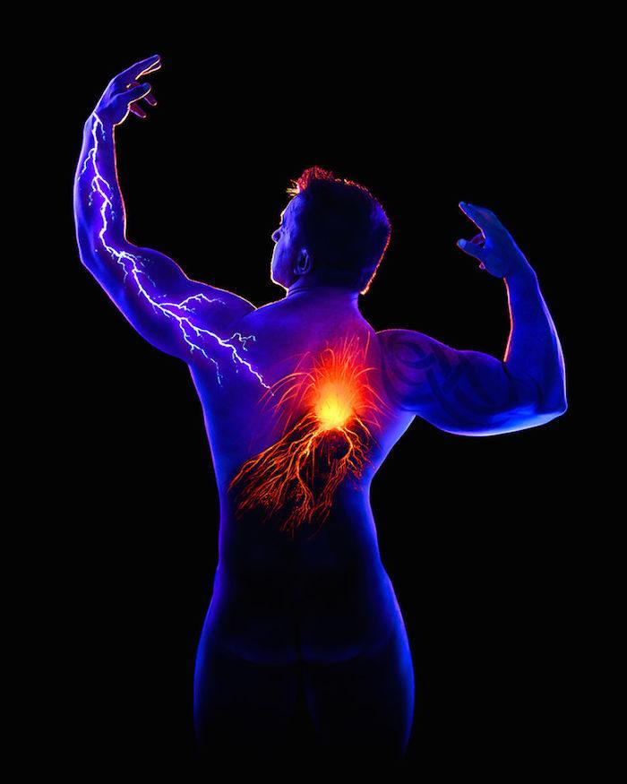 body-art-painting-luminosi-luce-nera-lampada-wood-john-poppleton-03