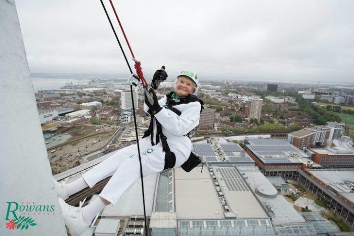 donna-101-anni-si-cala-grattacielo-spinnaker-tower-doris-long-1