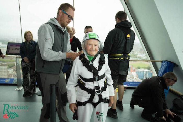 donna-101-anni-si-cala-grattacielo-spinnaker-tower-doris-long-2