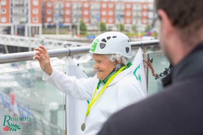 donna-101-anni-si-cala-grattacielo-spinnaker-tower-doris-long-8