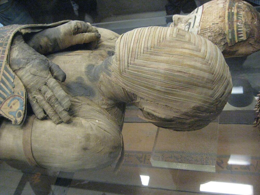 fotografie-mummia-sofisticato-intreccio-bende-testa-1