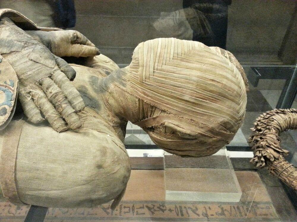 fotografie-mummia-sofisticato-intreccio-bende-testa-4
