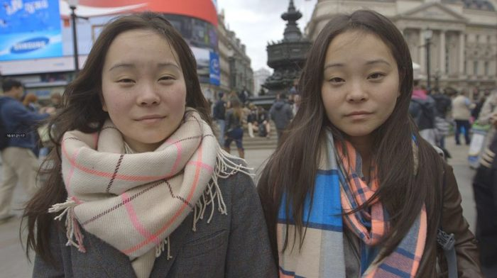 gemelle-identiche-adottate-separate-dalla-nascita-si-ritrovano-dopo-25-anni-samantha-futerman-07