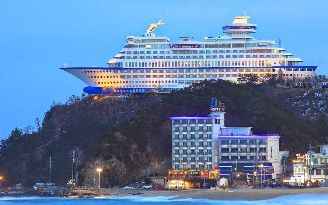 hotel-piu-bizzarri-al-mondo-alberghi-strani-sun-cruise-resort-3