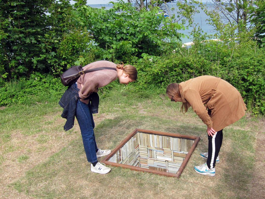 installazione-opera-biblioteca-discende-nel-terreno-sculpture-by-the-sea-susanna-hesselberg-1
