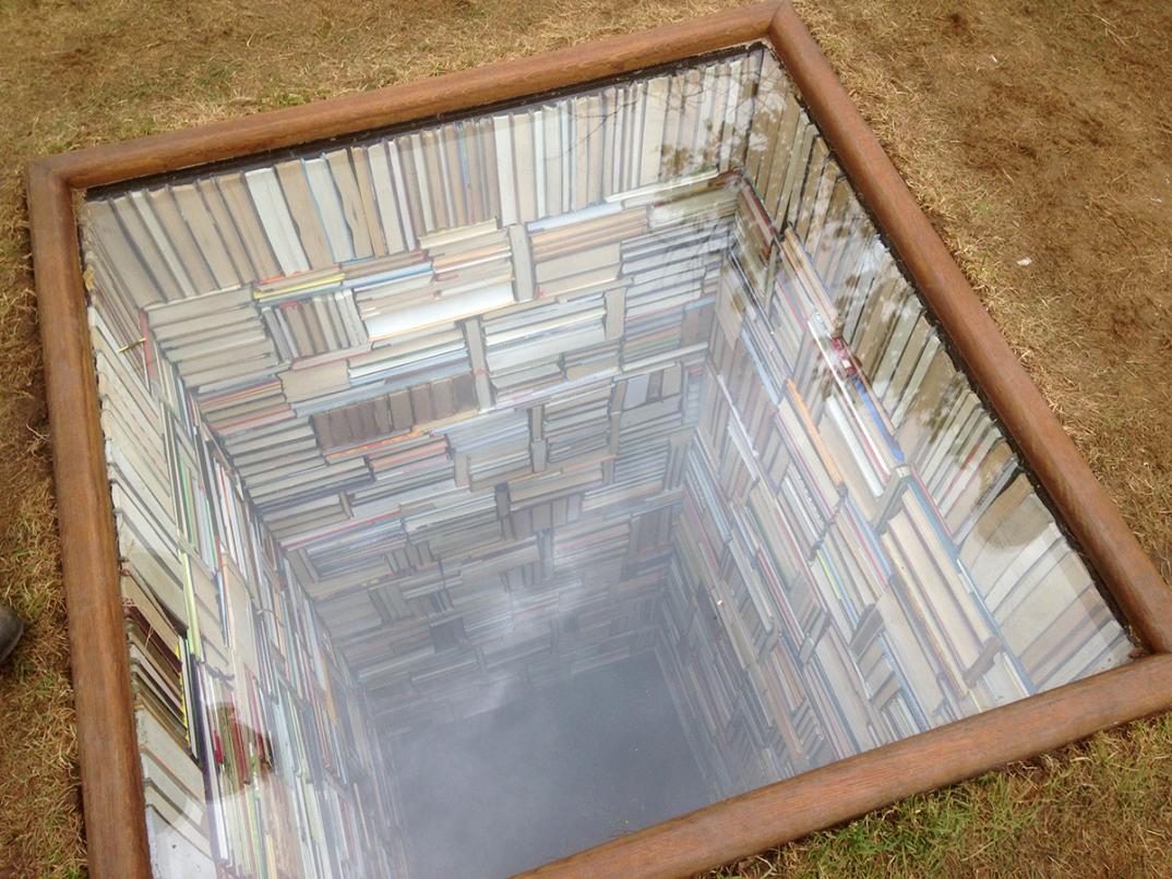 installazione-opera-biblioteca-discende-nel-terreno-sculpture-by-the-sea-susanna-hesselberg-2