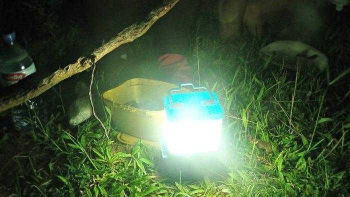 lampada-portatile-alimentata-sale-acqua-marina-salt-filippine-2