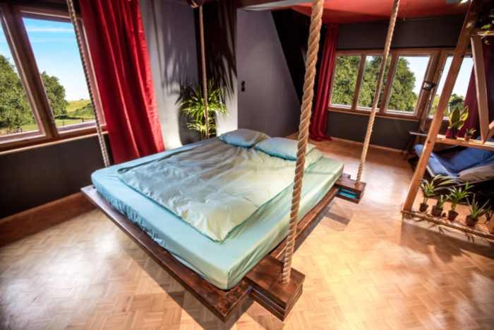 Un letto telecomandato e appeso al soffitto come un'amaca per essere ...