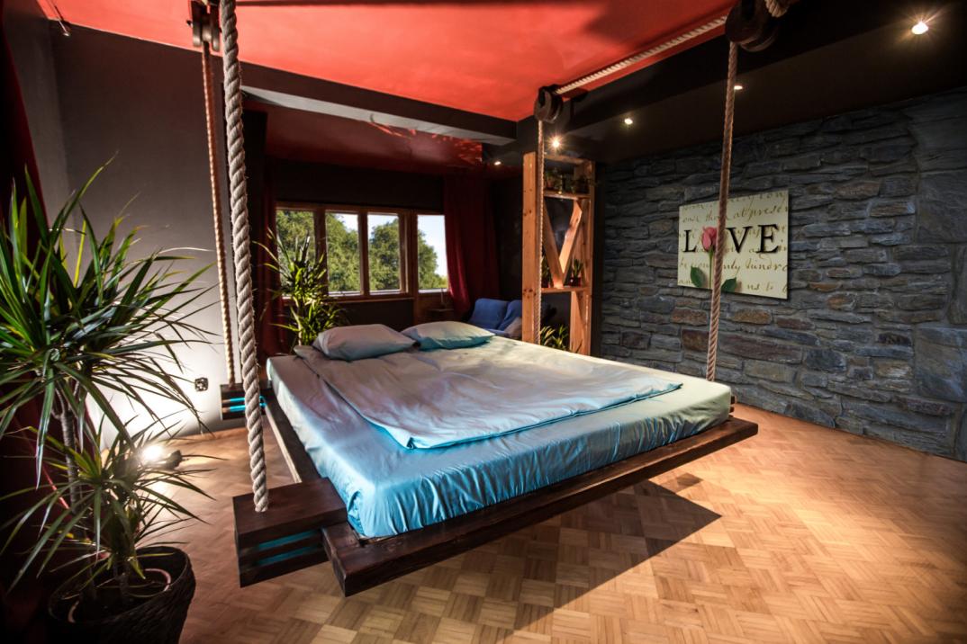 un letto telecomandato e appeso al soffitto come un 39 amaca