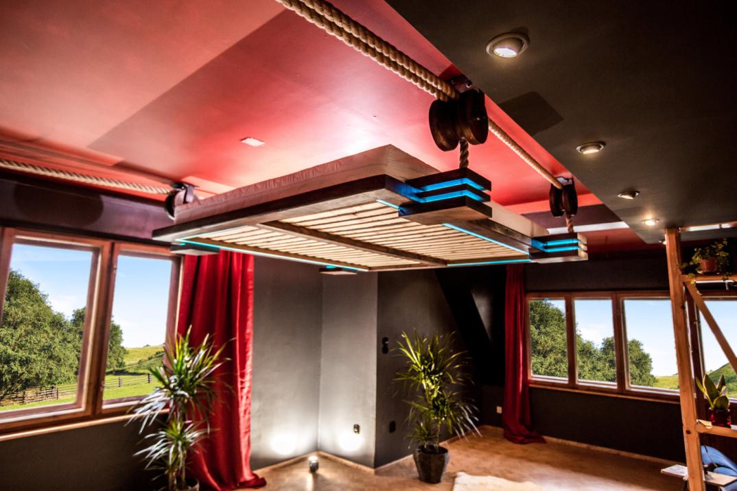 Un letto telecomandato e appeso al soffitto come un 39 amaca per essere sollevato e risparmiare - Letto a scomparsa soffitto ...