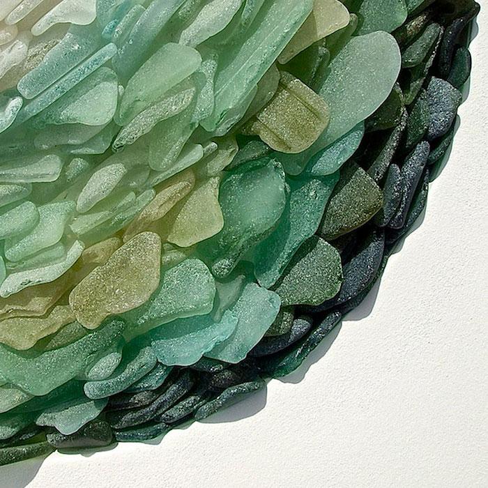 mare-vetri-riciclati-sculture-parete-jonathan-fuller-04