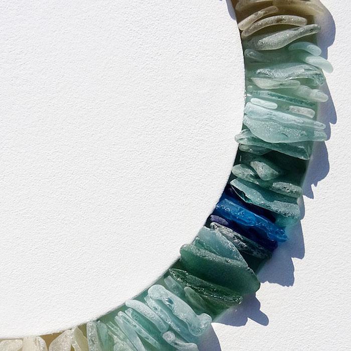 mare-vetri-riciclati-sculture-parete-jonathan-fuller-05