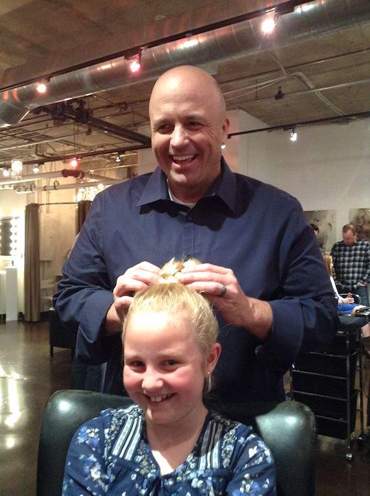 parrucchiere-insegna-ai-papa-a-fare-i-capelli-delle-figlie-premio-birra-envogue-1