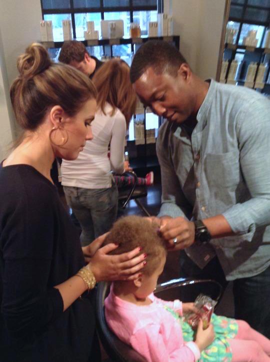 parrucchiere-insegna-ai-papa-a-fare-i-capelli-delle-figlie-premio-birra-envogue-3