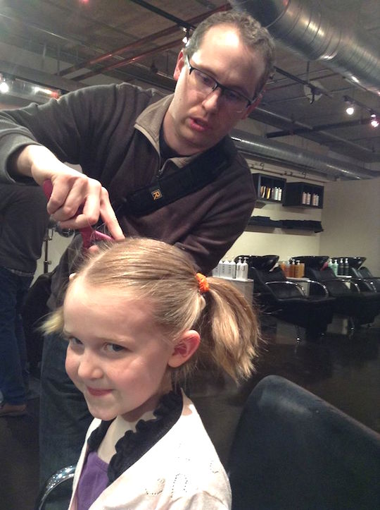 parrucchiere-insegna-ai-papa-a-fare-i-capelli-delle-figlie-premio-birra-envogue-5