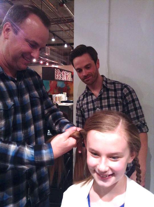 parrucchiere-insegna-ai-papa-a-fare-i-capelli-delle-figlie-premio-birra-envogue-7