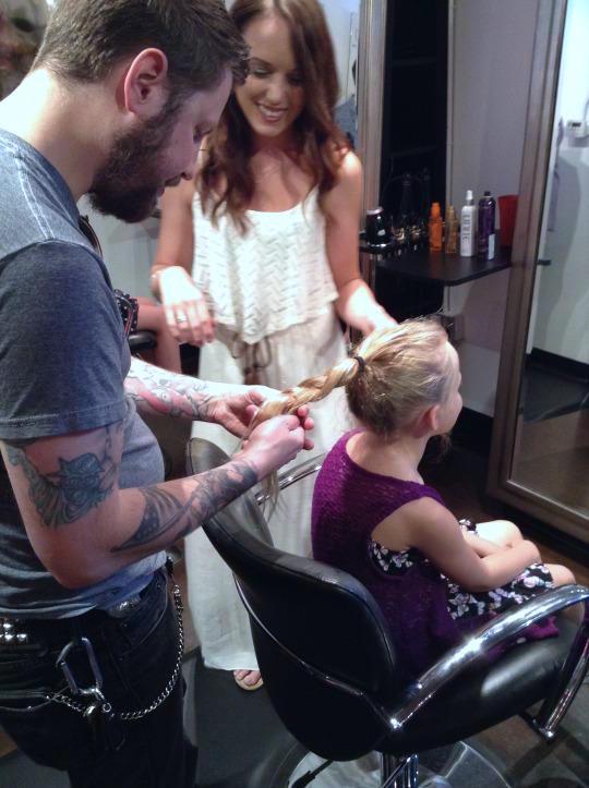parrucchiere-insegna-ai-papa-a-fare-i-capelli-delle-figlie-premio-birra-envogue-8