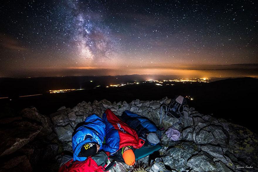 ragazzo-dorme-tra-montagne-sotto-stelle-17
