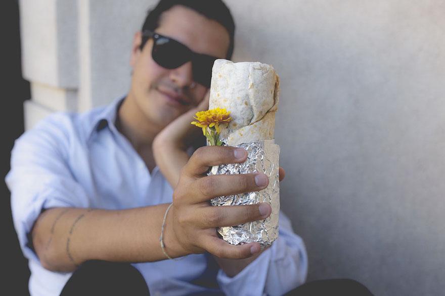 ragazzo-scatta-foto-romantiche-con-un-burrito-02