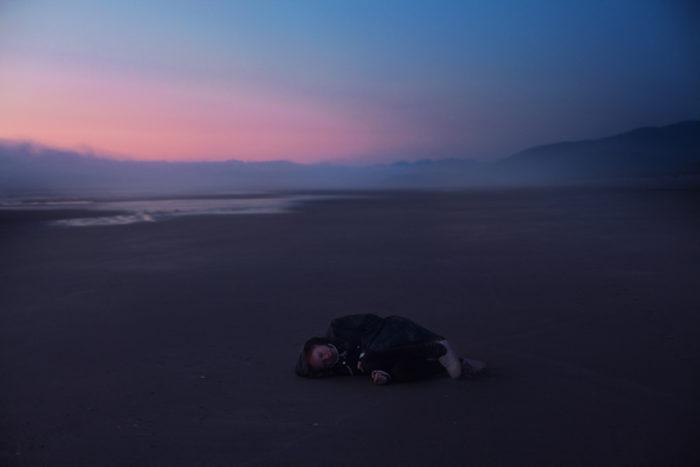 ritratti-surreali-esplorano-vulnerabilità-david-uzochukwu-03