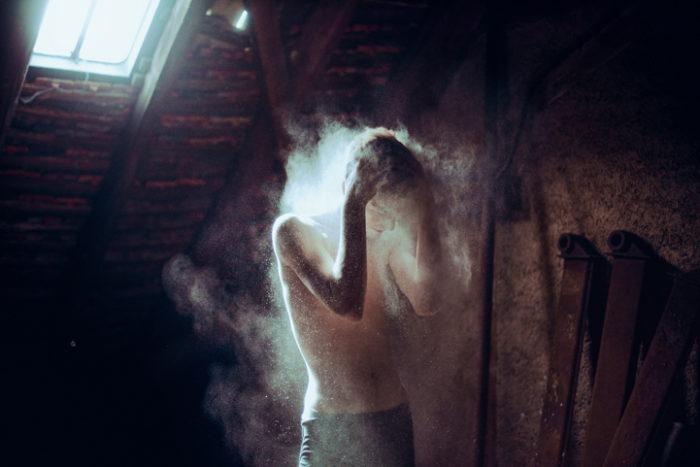 ritratti-surreali-esplorano-vulnerabilità-david-uzochukwu-08