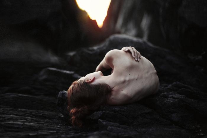 ritratti-surreali-esplorano-vulnerabilità-david-uzochukwu-09