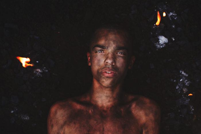 ritratti-surreali-esplorano-vulnerabilità-david-uzochukwu-11