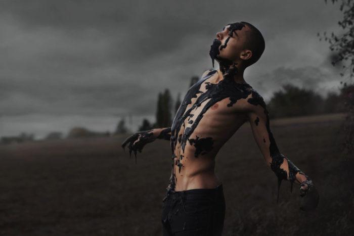 ritratti-surreali-esplorano-vulnerabilità-david-uzochukwu-13