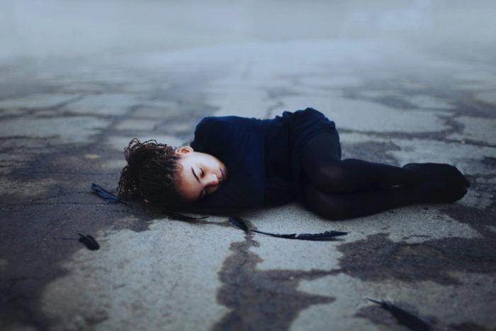 ritratti-surreali-esplorano-vulnerabilità-david-uzochukwu-14