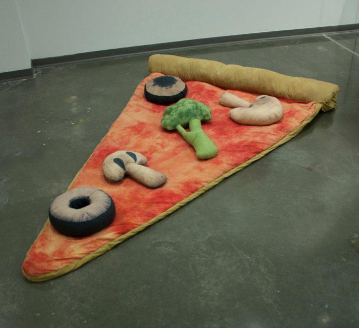 sacco-a-pelo-fetta-di-pizza-gigante-divertente-brook-abboud-1