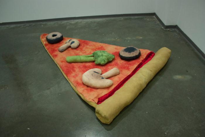sacco-a-pelo-fetta-di-pizza-gigante-divertente-brook-abboud-2