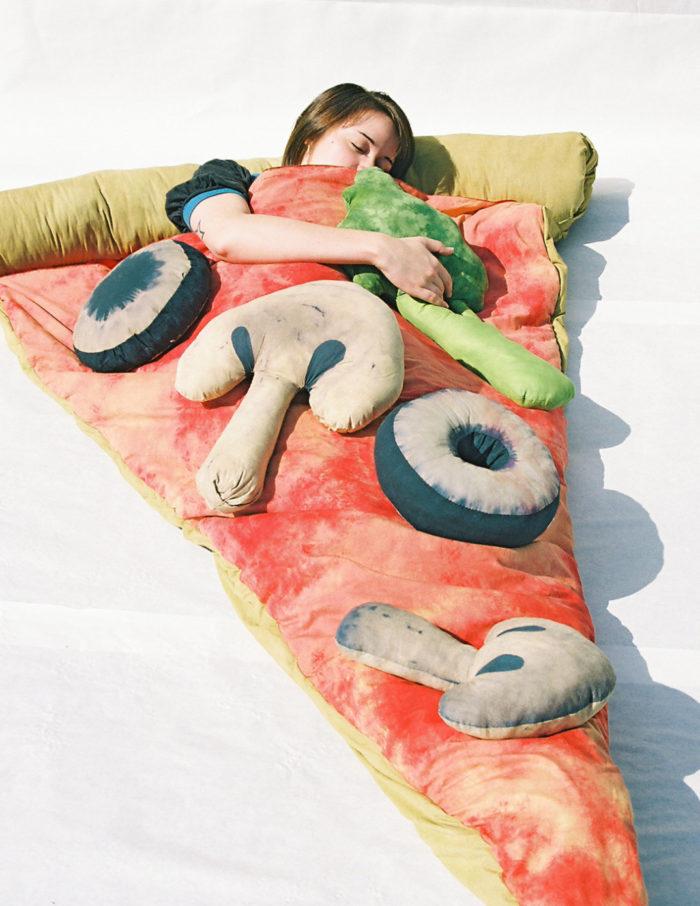 sacco-a-pelo-fetta-di-pizza-gigante-divertente-brook-abboud-3