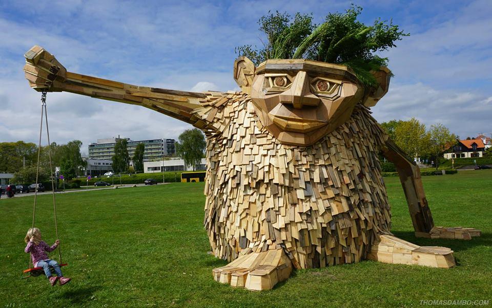 sculture-giganti-legno-materiale-riciclato-thomas-dambo-1