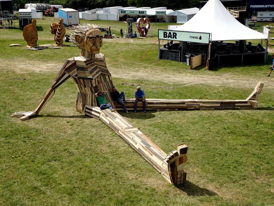sculture-giganti-legno-materiale-riciclato-thomas-dambo-9