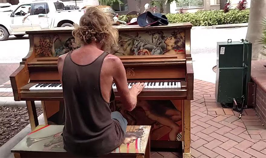 senzatetto-suona-pianoforte-video-1