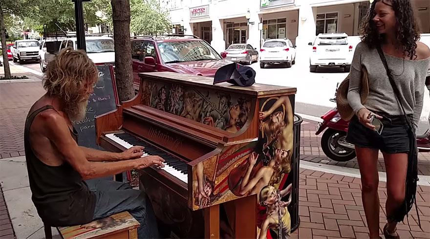 senzatetto-suona-pianoforte-video-2