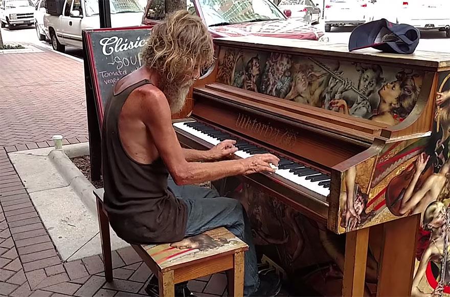senzatetto-suona-pianoforte-video-4