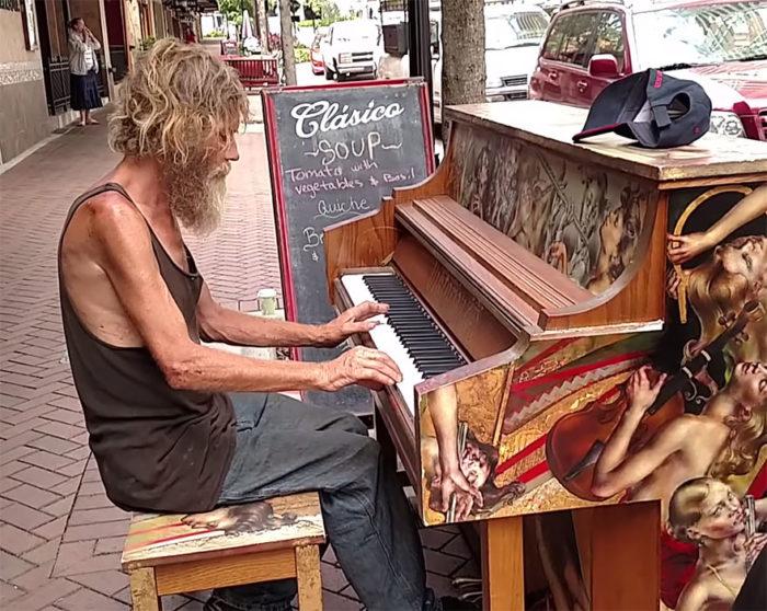 senzatetto-suona-pianoforte-video-5