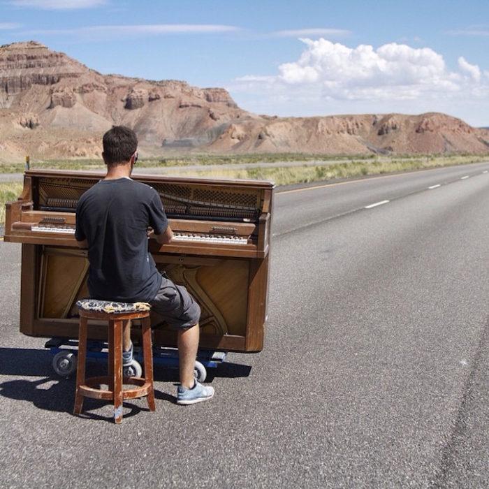 si-licenzia-per-suonare-il-pianoforte-viaggiando-mondo-dotan-negrin-01