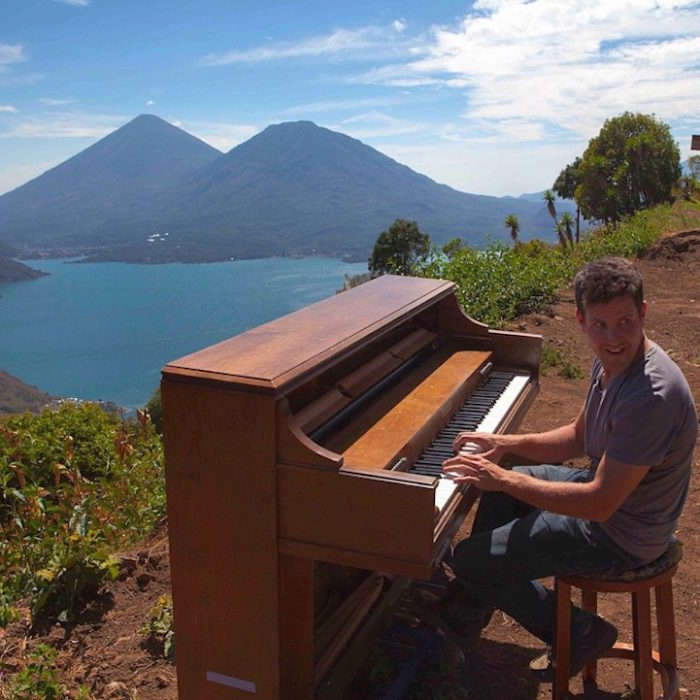 si-licenzia-per-suonare-il-pianoforte-viaggiando-mondo-dotan-negrin-04