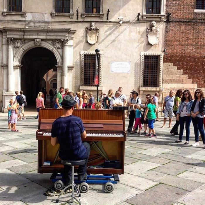 si-licenzia-per-suonare-il-pianoforte-viaggiando-mondo-dotan-negrin-10