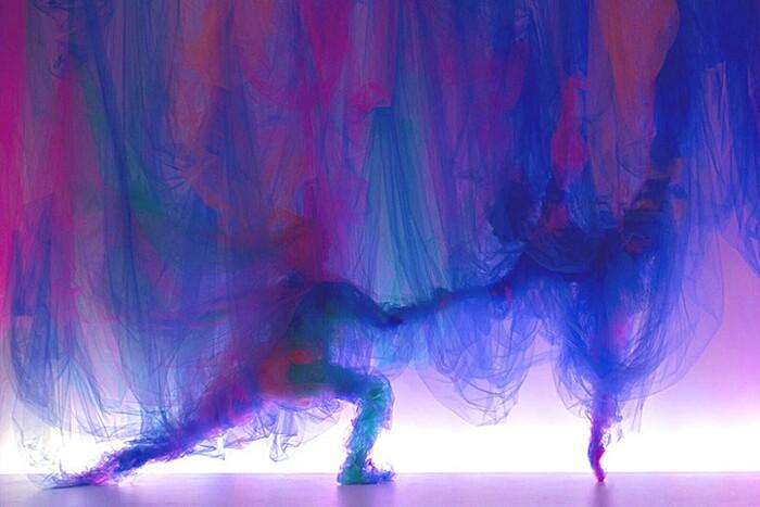 arte-installazione-tessuto-stoffa-tulle-volti-ballerini-benjamin-shine-08-keb