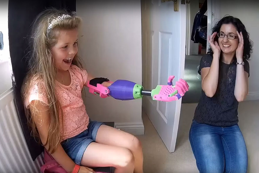 bambina-disabile-protesi-braccio-stampa-3d-stephen-davies-isabella-5