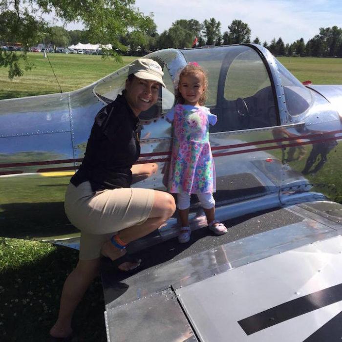 bambina-senza-braccia-abbraccia-idolo-pilota-RE-Cox-2