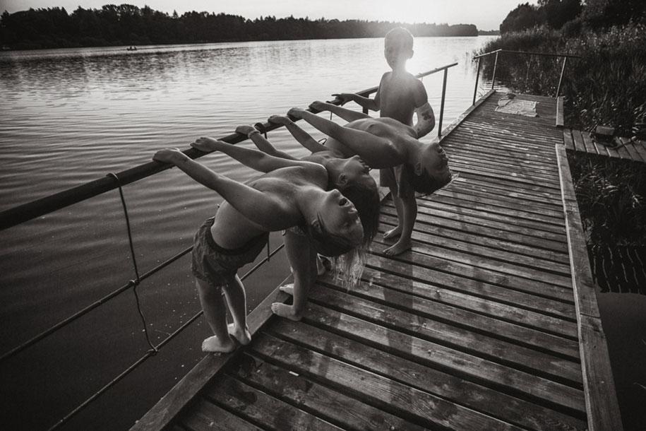 bambini-che-giocano-estate-idillica-villaggio-fotografia-izabela-urbaniak-02